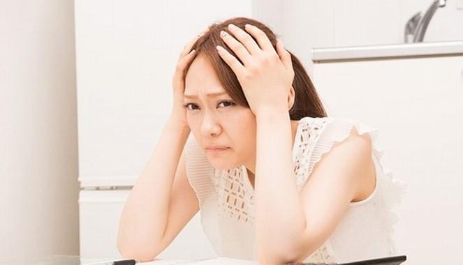 婚活 アドバイザー きつい 頭を抱える女性