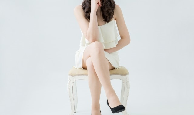 婚活 ばかばかしい 座る女性