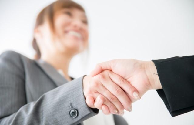 婚活 カウンセラー 志望 動機 握手するビジネスウーマン