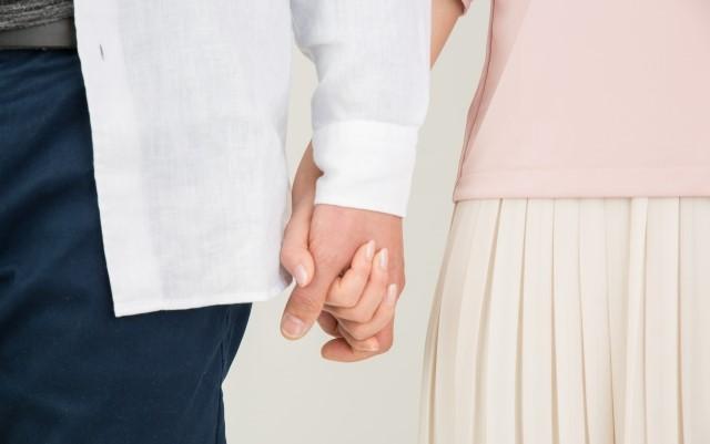 婚活 デカ女 手をつなぐカップル