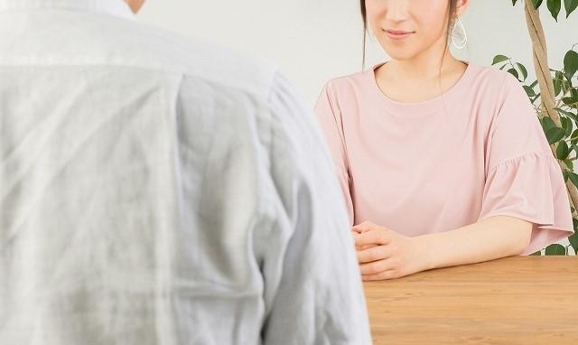 婚活 同時 進行 いつまで 話をする男女