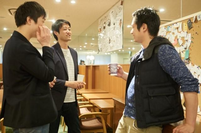 婚活 2人 迷う 友人と会話する男性3人