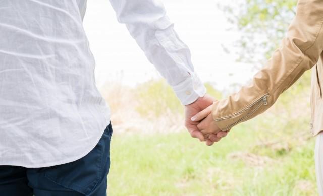 婚活 断り方 例文 手をつなぐカップル