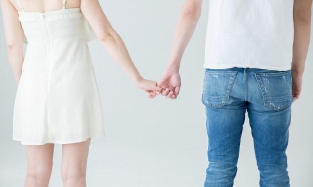 婚活 お断り 復縁 指をつなぐ男女